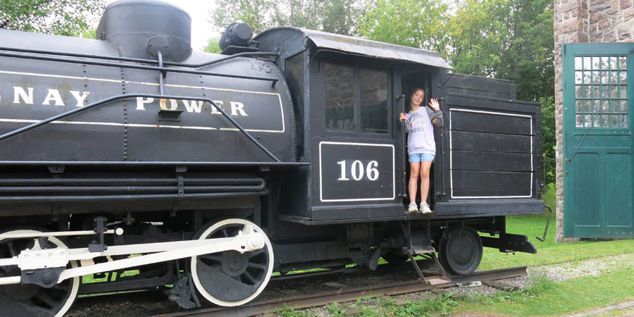 Un train devant la Pulperie de Chicoutimi
