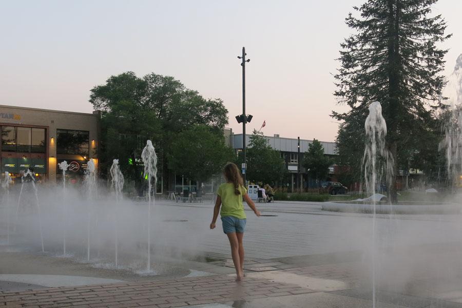 Mademoiselle court dans les fontaines