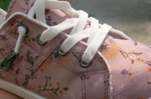 Nouvelles chaussures, gros plan